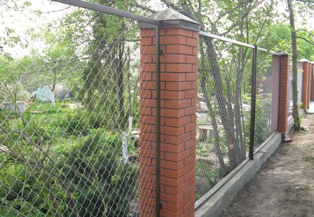 Забор из сетки рабицы с кирпичными столбами