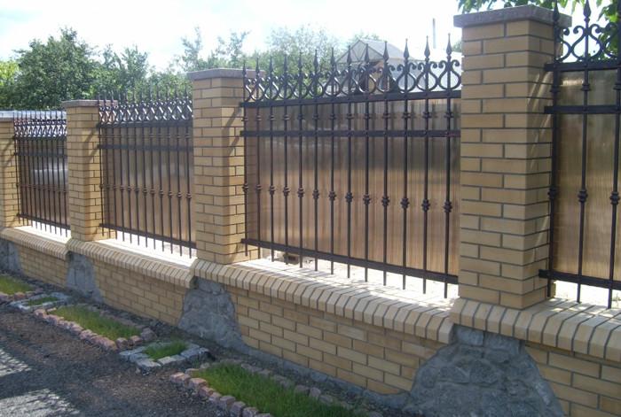 Забор из кирпича и ковки с листами поликарбоната