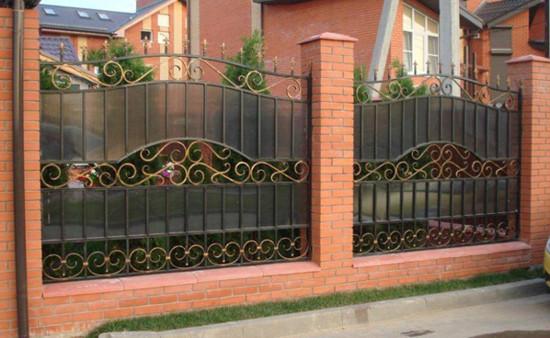 Кованый забор с вставками из листового поликарбоната