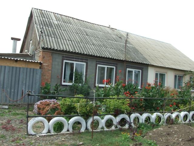 Декоративный забор с использованием старых покрышек