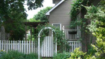 Как пускают живые изгороди на домах из СИП-панелей