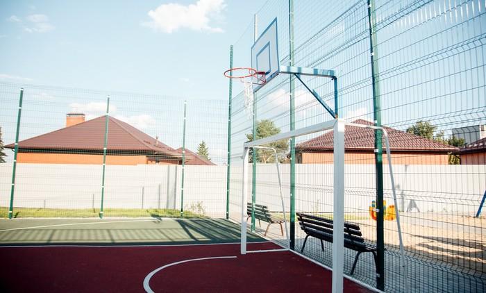 Ограждение баскетбольной площадки из сварной сетки