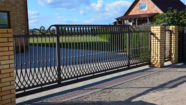 Широкие кованые ворота с откатным механизмом