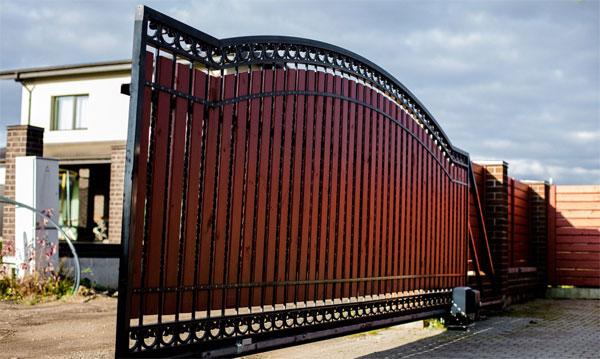 Кованые откатные ворота с опорной балкой