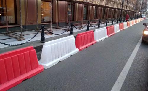 Барьерное дорожное ограждение из пластика