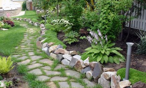 Садовый бордюр выложенный из камня разной формы