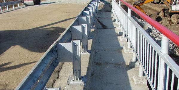 Мостовое ограждение барьерного типа