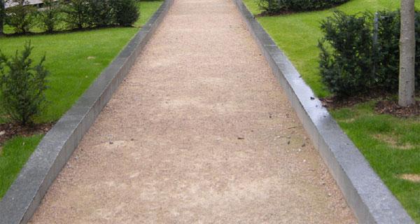 Использование гранитного камня в оформлении дорожки