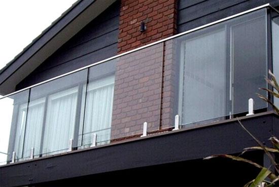 Стеклянные перила балкона