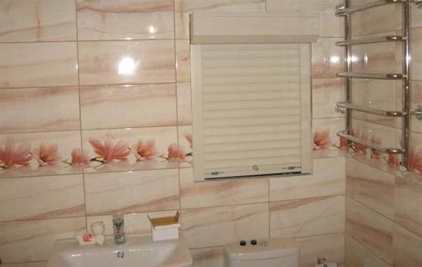 Пластиковые рольставни в ванной комнате