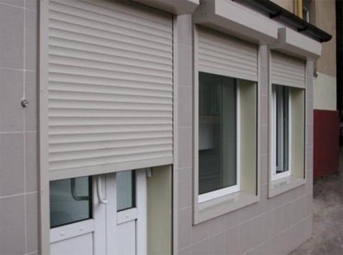 Пластиковые рольставни на окнах и дверях небольшого магазинчика